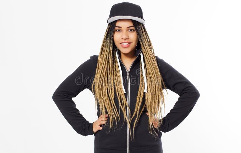 Chica joven con los dreadlocks que llevan el espacio en blanco y el casquillo largo de gran tamaño del sudadera con capucha y neg foto de archivo