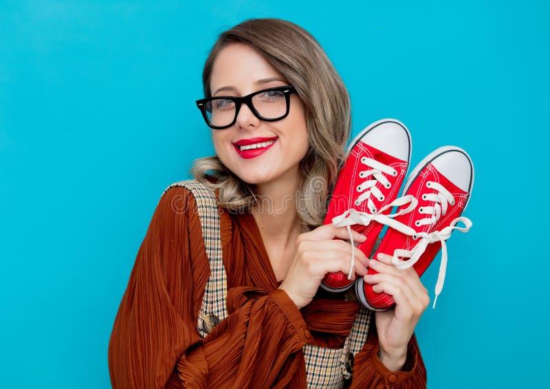Chica joven con los gumshoes rojos imágenes de archivo libres de regalías