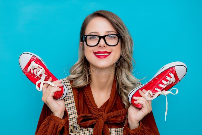 Chica joven con los gumshoes rojos imagen de archivo libre de regalías