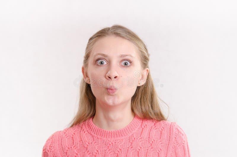 Chica joven con los ojos grandes y la maravilla imagenes de archivo
