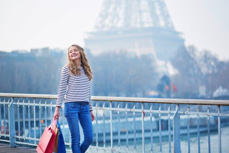 Chica joven con los panieres cerca de la torre Eiffel fotografía de archivo libre de regalías