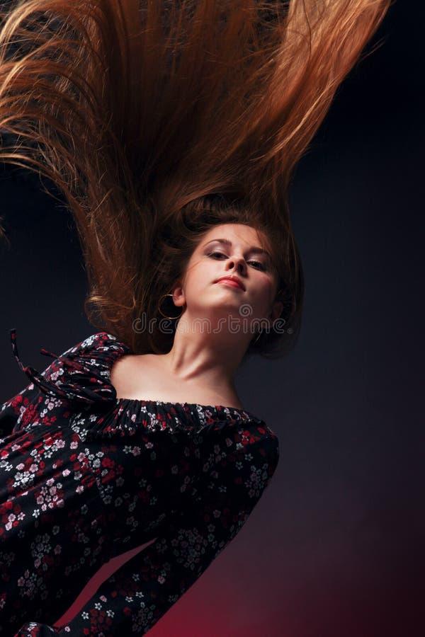 Chica joven con los pelos del vuelo fotos de archivo
