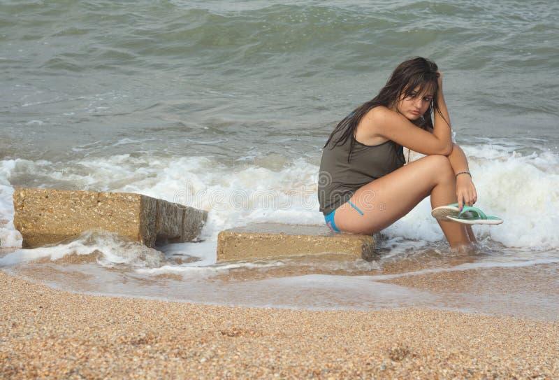 Chica joven con los pelos mojados fotografía de archivo