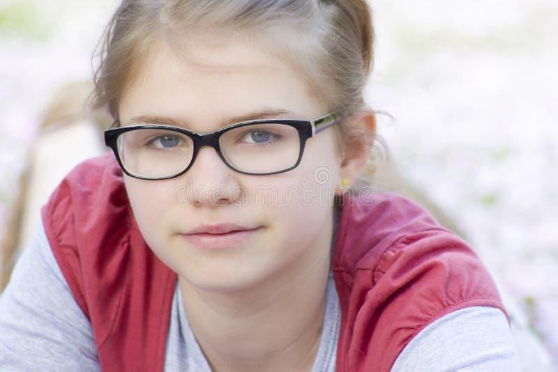 Chica joven con los vidrios foto de archivo