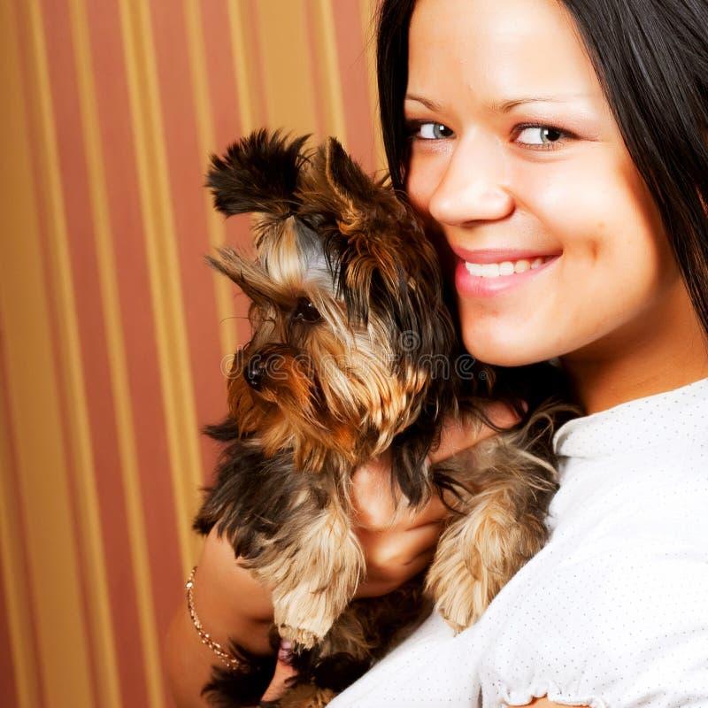 Chica joven con su perrito de Yorkie fotos de archivo