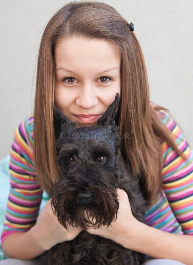 Chica joven con su perro fotos de archivo libres de regalías