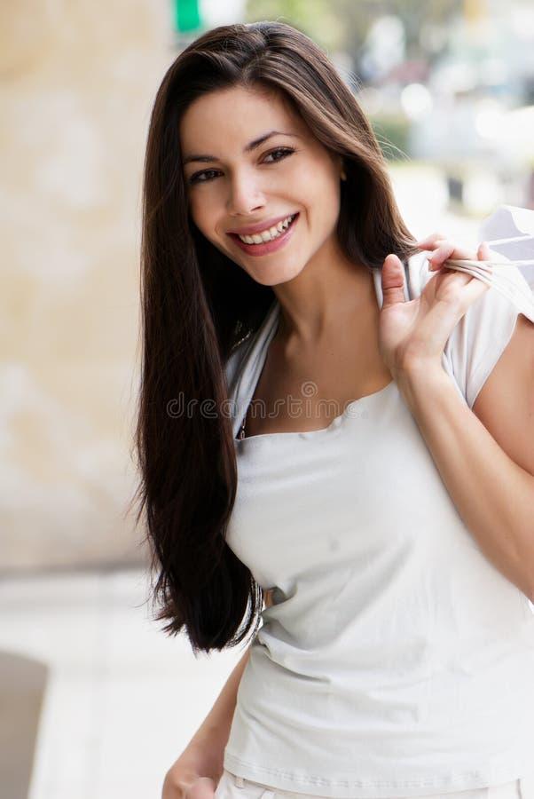 Chica joven con un bolso de compras foto de archivo
