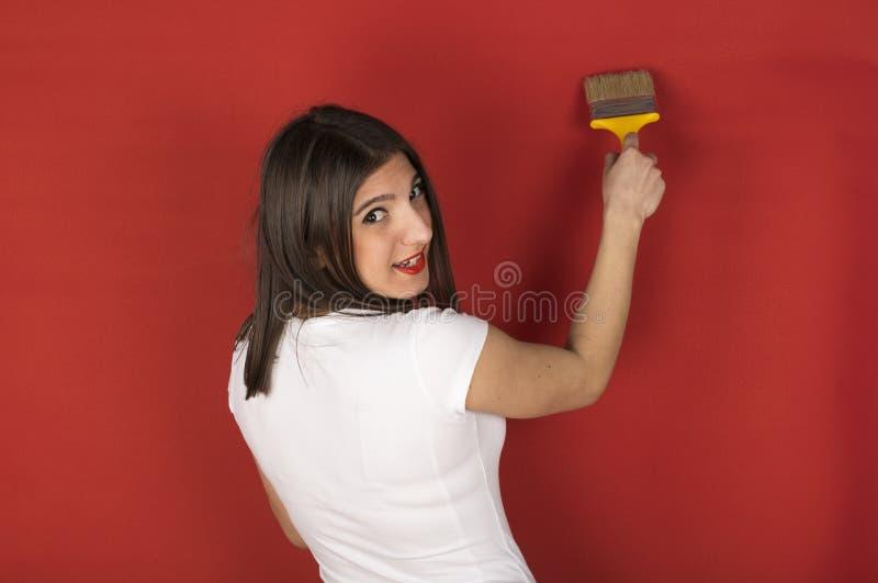 Chica joven con una brocha fotos de archivo libres de regalías