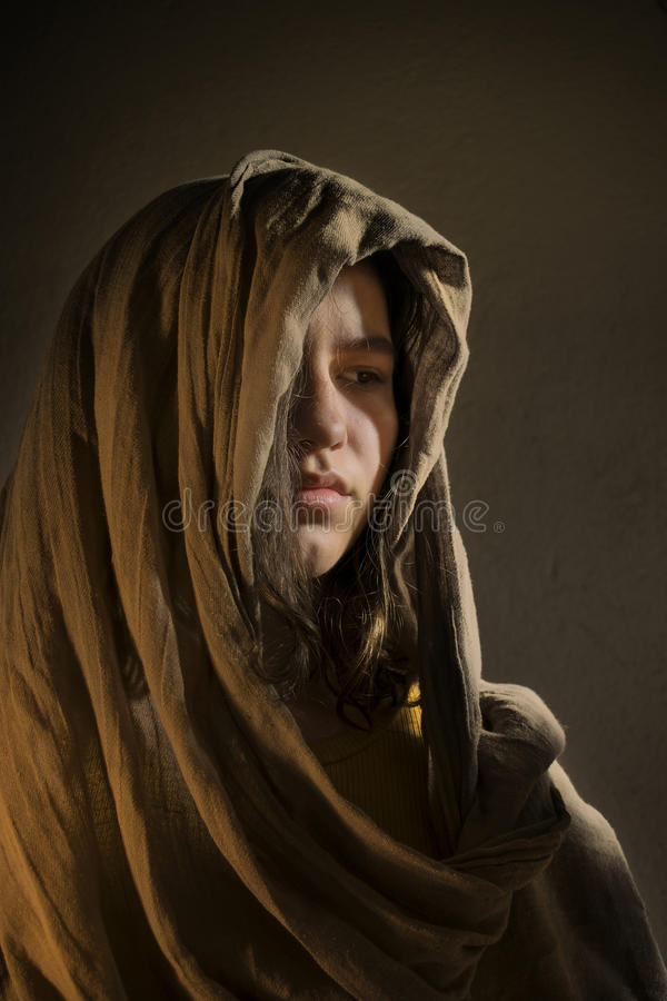 Chica joven con una bufanda fotos de archivo