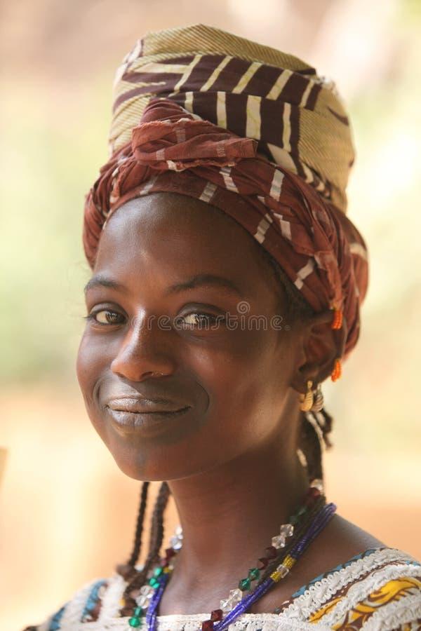 Chica joven con una sonrisa maravillosa en África foto de archivo