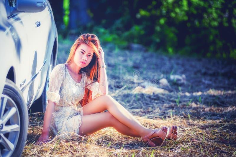 Download Chica Joven De Asia En Vestido Con El Coche De Motor Imagen de archivo - Imagen de manera, adulto: 64201453