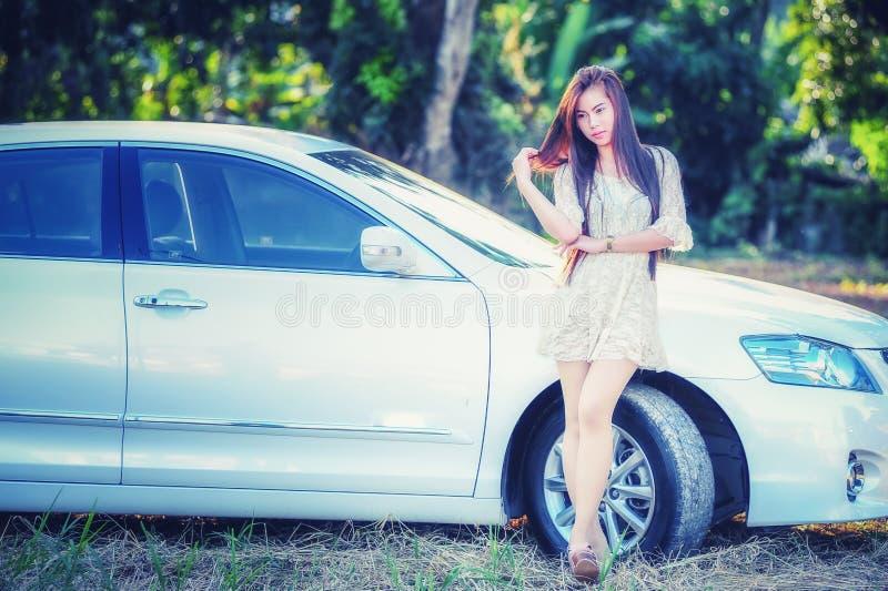 Download Chica Joven De Asia En Vestido Con El Coche De Motor Imagen de archivo - Imagen de cubo, atractivo: 64201493