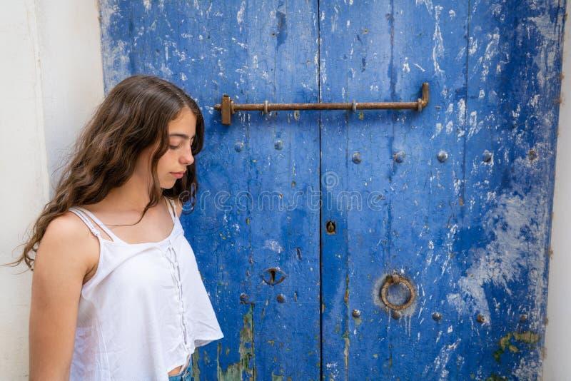 Chica joven de Ibiza Eivissa en puerta azul imagen de archivo