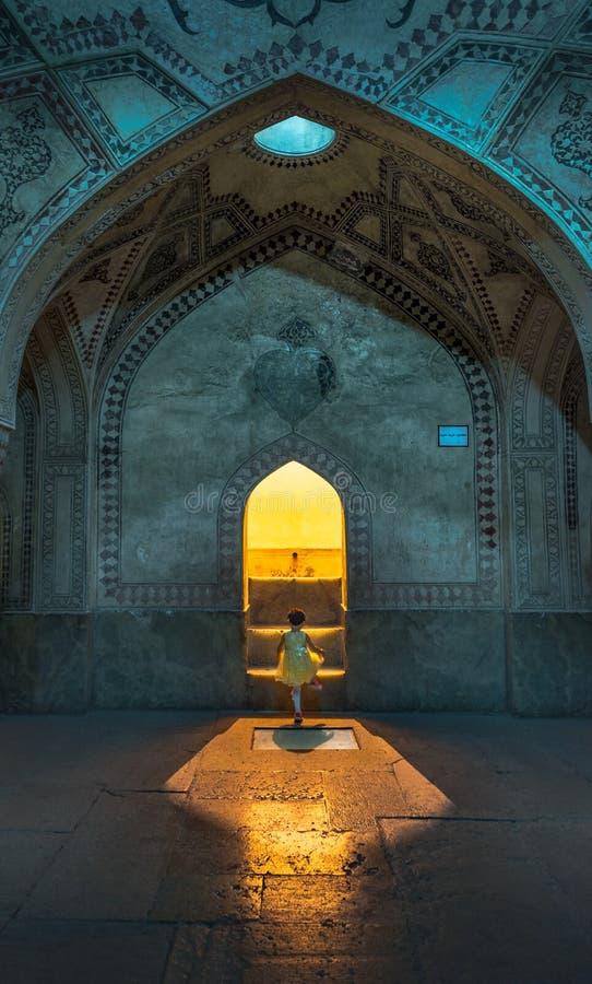 Chica joven de la mezquita de Irán en luz imagen de archivo