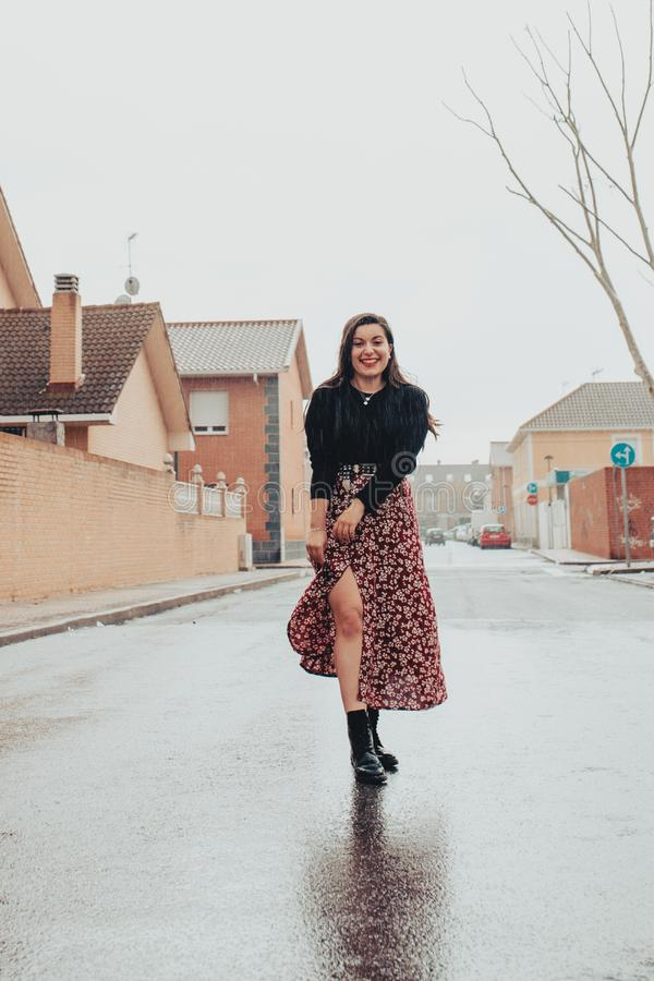 Chica joven de moda dulce que sonríe bajo la lluvia imagenes de archivo