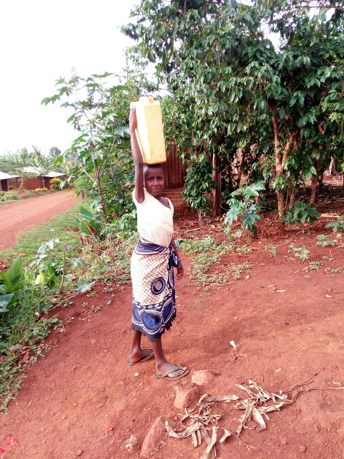 Chica joven de traer el agua imagen de archivo libre de regalías