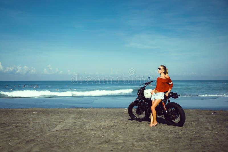 Chica joven del retrato en la moto fotografía de archivo