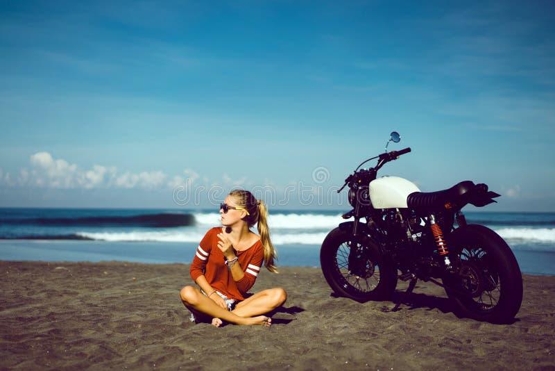 Chica joven del retrato en la moto fotos de archivo libres de regalías