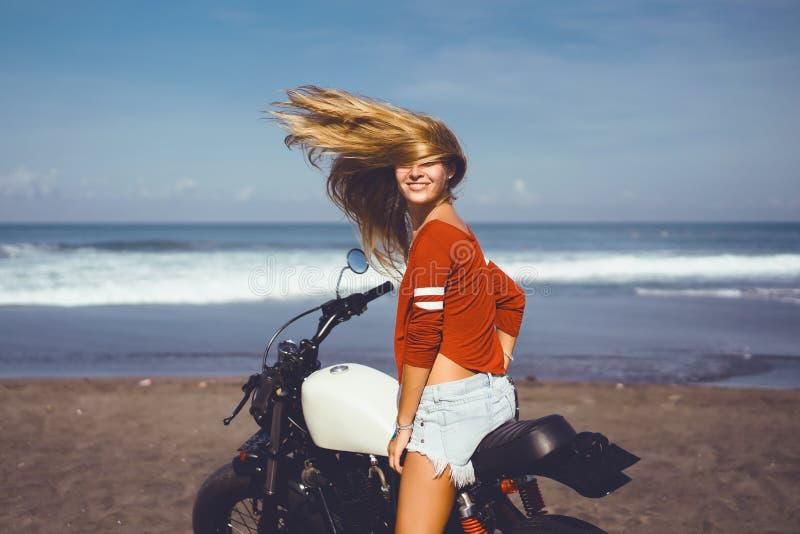 Chica joven del retrato en la moto fotos de archivo