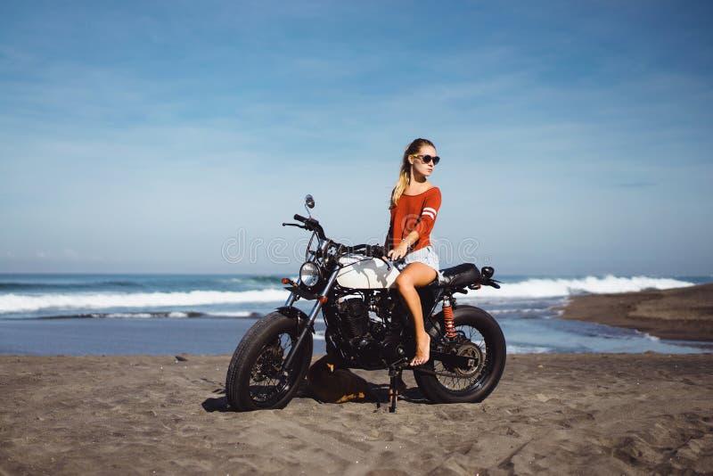 Chica joven del retrato en la moto fotografía de archivo libre de regalías