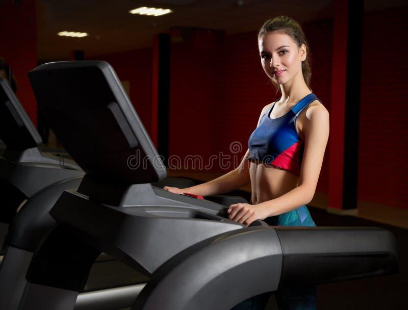 Chica joven deportiva en club de fitness imagen de archivo libre de regalías