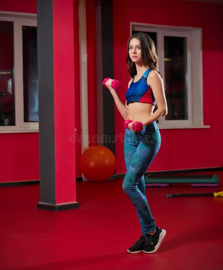 Chica joven deportiva en club de fitness fotos de archivo libres de regalías