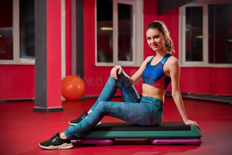 Chica joven deportiva en club de fitness foto de archivo