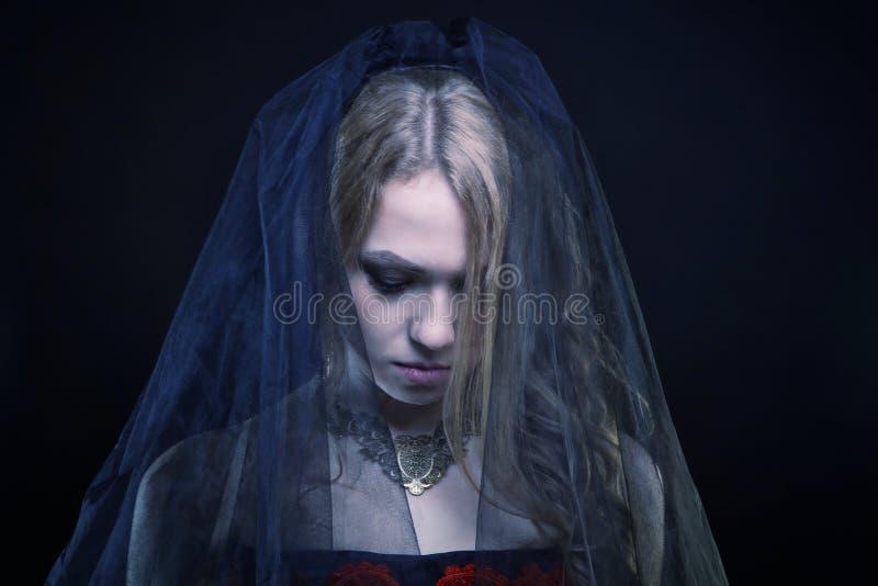 Chica joven depresiva que lleva velo negro imagen de archivo libre de regalías