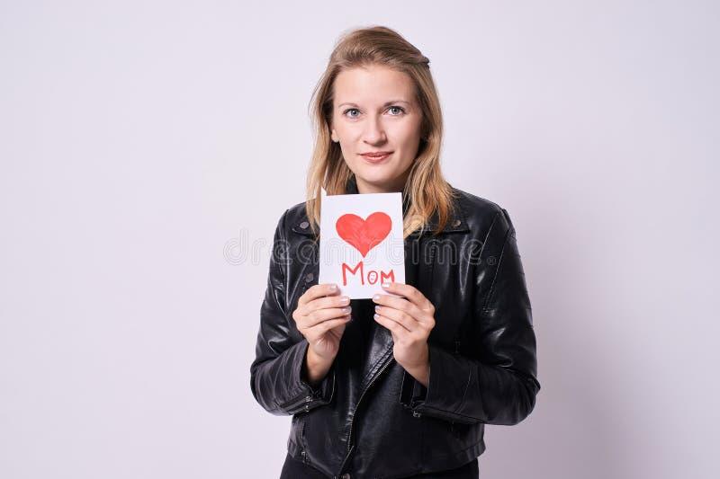 Chica joven Dibujo brillante Corazón rojo Fondo ligero fotos de archivo libres de regalías