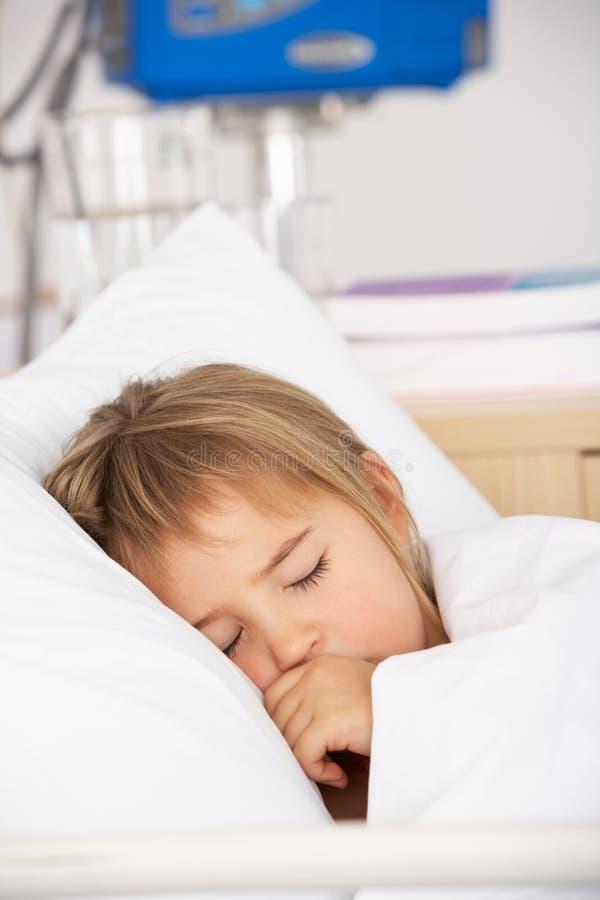 Chica joven dormida en cama del accidente y de la emergencia foto de archivo libre de regalías
