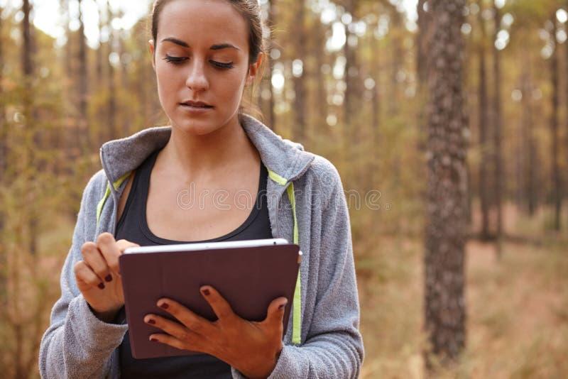 Chica joven dulce con su tableta fotos de archivo libres de regalías