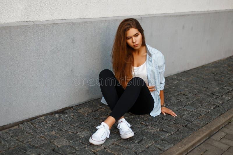 Chica joven elegante hermosa en ropa casual casual de moda imagen de archivo