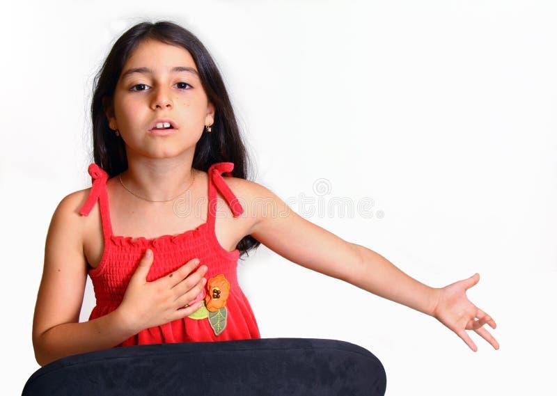 Chica joven en alineada roja fotografía de archivo libre de regalías
