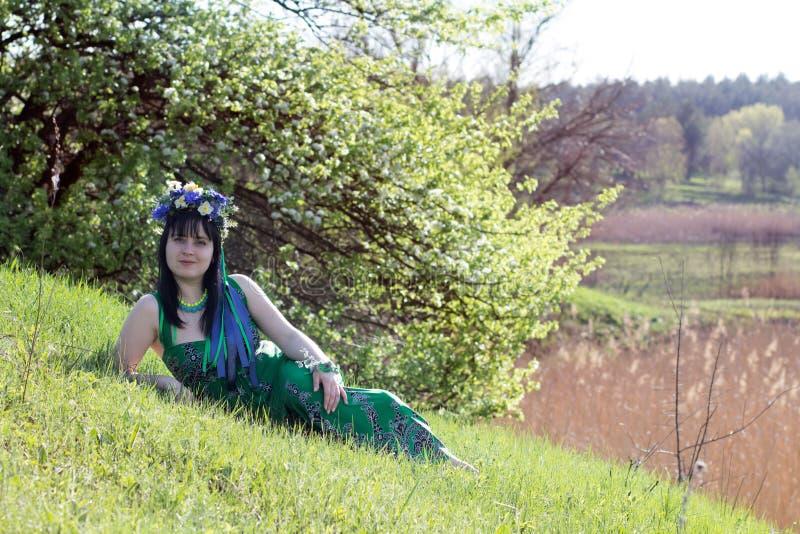 Chica joven en alineada verde foto de archivo