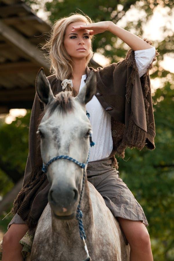 Chica joven en caballo imagen de archivo