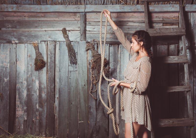 Chica joven en el granero imagen de archivo libre de regalías