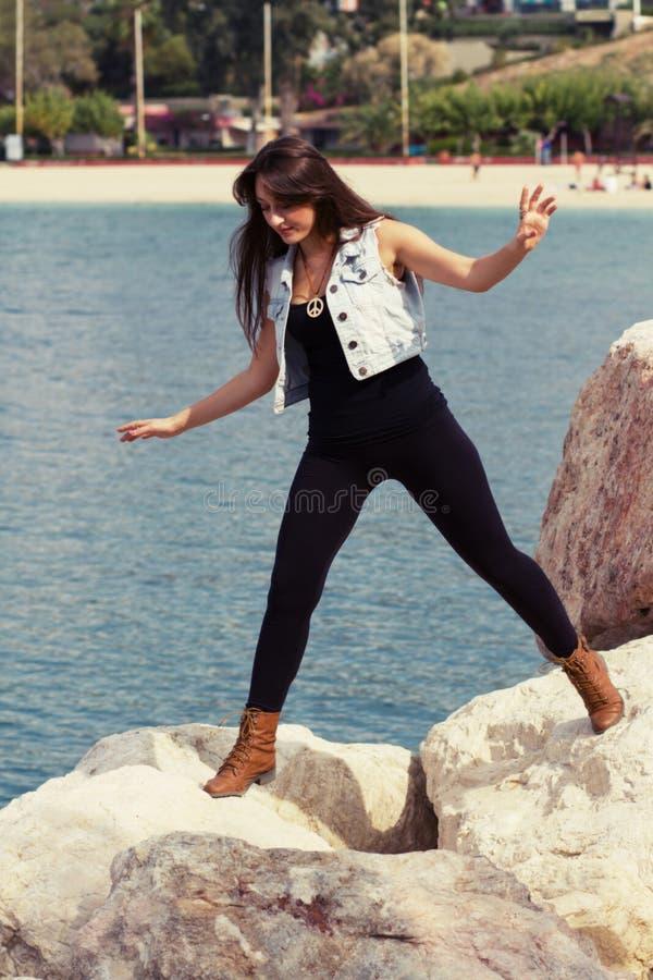 Chica joven en el mar Mediterráneo foto de archivo