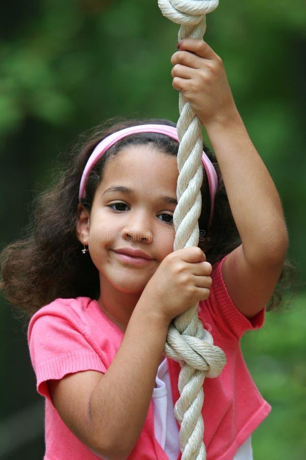 Chica joven en el oscilación de la cuerda fotos de archivo libres de regalías