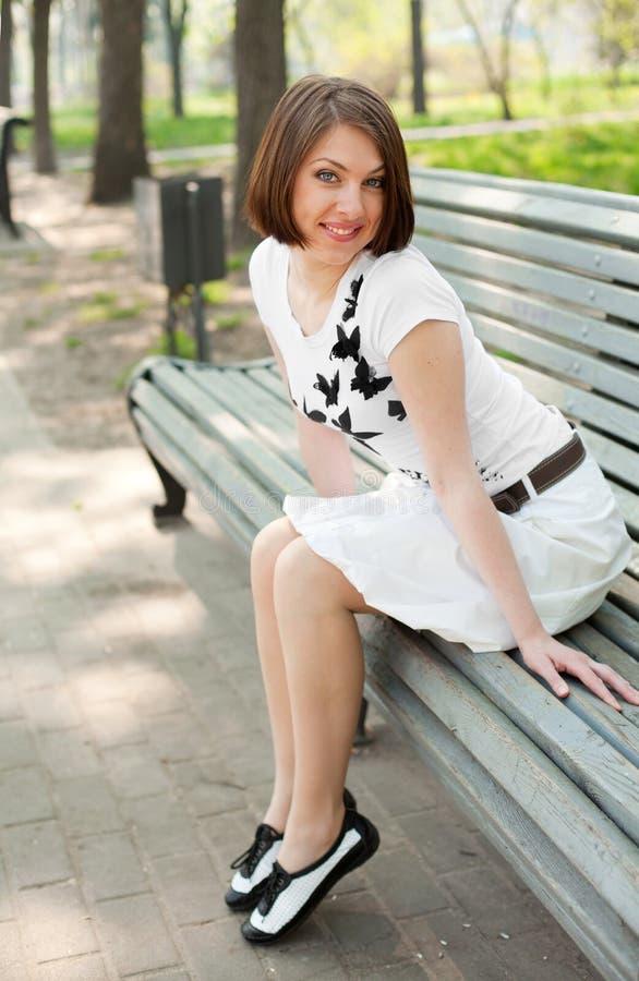 Chica joven en el parque fotos de archivo libres de regalías