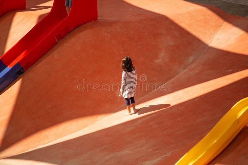 Chica joven en el patio imágenes de archivo libres de regalías