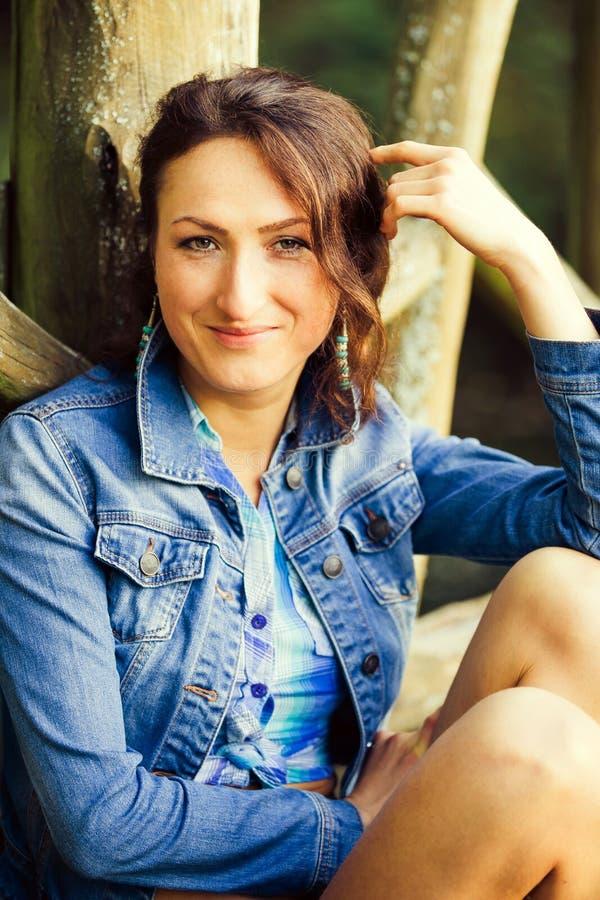 Chica joven en el puente de madera imagen de archivo