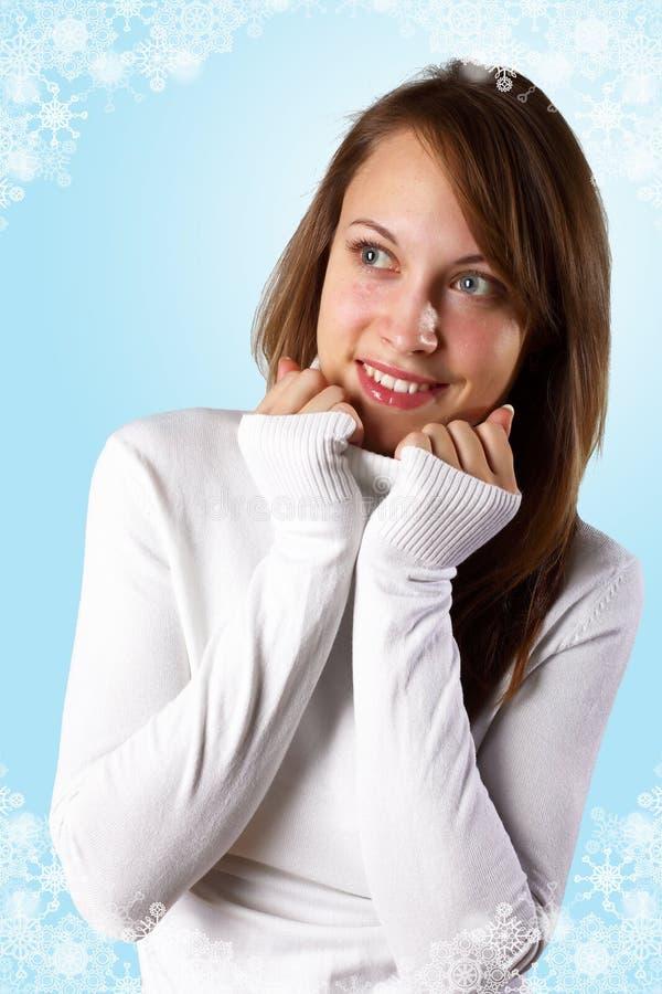 Chica joven en el suéter blanco fotografía de archivo