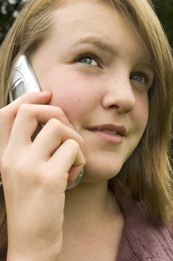 Chica joven en el teléfono celular imagen de archivo libre de regalías