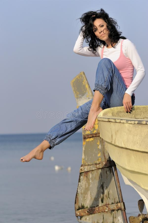 Chica joven en el tiempo de verano fotografía de archivo libre de regalías
