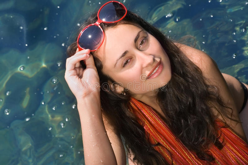Chica joven en gafas de sol rojas imagenes de archivo