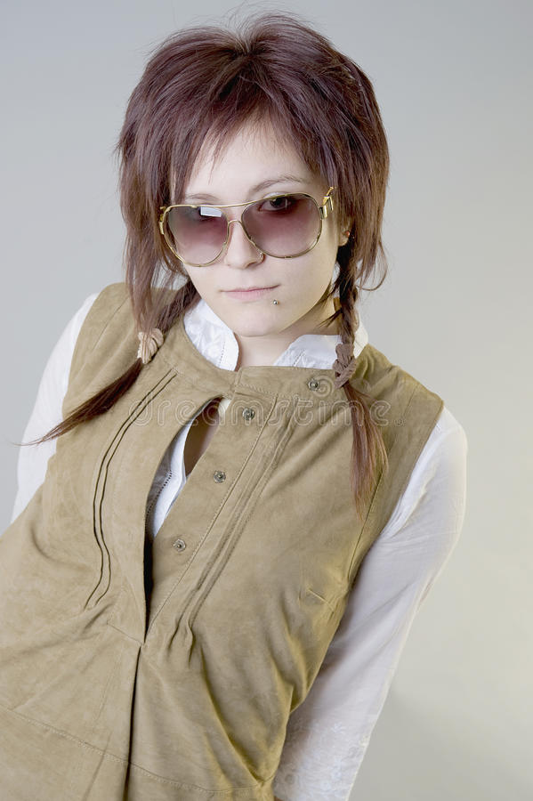 Chica joven en gafas de sol y vestido del ante foto de archivo