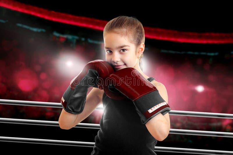 Chica joven en guantes de boxeo fotos de archivo libres de regalías