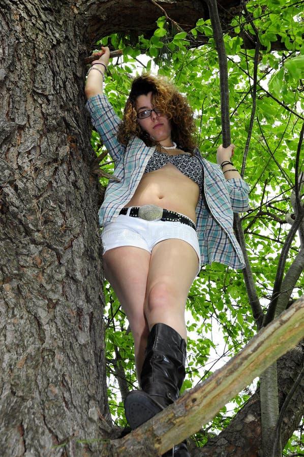 Chica joven en la camisa del árbol abierta fotografía de archivo libre de regalías