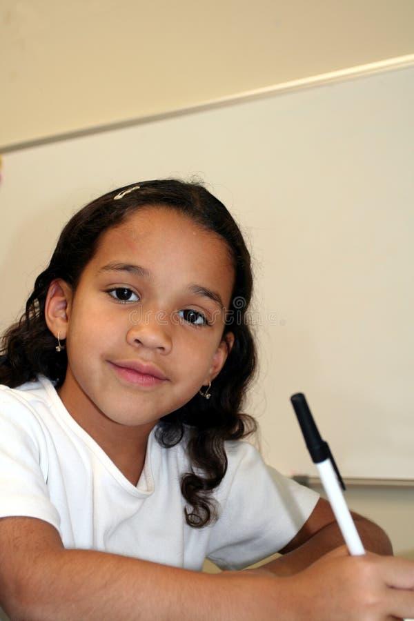 Chica joven en la escuela fotos de archivo