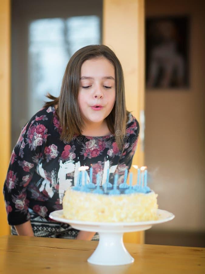 Chica joven en la fiesta de cumpleaños fotos de archivo